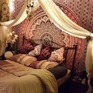 Mandala Tuch zentral hinter dem Bett - Karmandala Wandtuch Shop