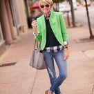 grünes Sakko, schwarzer Pullover mit einem Rundhalsausschnitt, graue Bluse mit Knöpfen mit Schottenmuster, blaue enge Jeans mit Destroyed-Effekten für Damen
