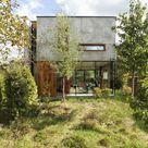 Haus aus Glas, Holz und Beton kombiniert Retrostil mit Minimalismus