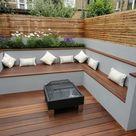 Die moderne Gartenbank aus Holz passt sich jeder Gartensituation an
