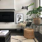 Heerlijk leeshoekje met zwarte wandlamp en groene rotan stoel