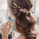 Penteado para noivas cabelo solto com cachos e acessório delicado