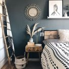 Schlafzimmer mit dunklen Wänden