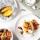 Folienkartoffeln mit Gemüsesalsa und Sauerrahm Dip