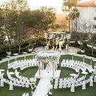 Hochzeit im Freien - mit Blumen Pavillon und kreisförmig aufgestellten Stühlen