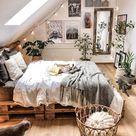 originelle zimmerdeko schlafzimmer mit dachschräge bett aus paletten aufgehängte kleine lichterket