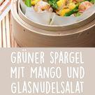 Dieser Salat mit grünem Spargel und Mango schmeckt auch ohne die Scampis so frisch und lecker.