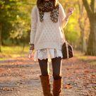 hellbeige Strickpullover, weißes Spitze Skaterkleid, braune kniehohe Stiefel aus Wildleder, dunkelbraune Leder Umhängetasche für Damen