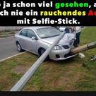 Hab ja schon viel gesehen, aber noch nie ein rauchendes Auto mit Selfie-Stick..