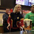 """Brie Larson surpreende fãs e serve pipoca em sessão de """"Capitã Marvel"""""""