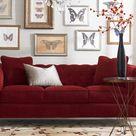 Rote Couch im Wohnzimmer - Welche Wandfarbe und Co. passen dazu?