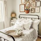 Bauernhaus Cottage Schlafzimmer Wohnkultur Inspo mit Rüschen Kissen und schäbigen Dekor …