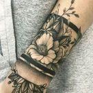 tatuagem feminina de flores no braço
