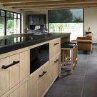 Keuken in massief eik met zwarte grepen