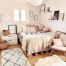 schlafzimmer mit kleinem fenster beiger teppich vsco zimmer pastell und rosa farben teenager zimmer