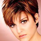 Kurze Haare mit Mittelscheitel: So trägst du den Trend stylish | desired.de