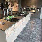 DAN-Küchen-Musterküche Modern, stylisch, vollausgestattet: Ausstellungsküche in Haigerloch von Wohn Schick GmbH & Co. KG