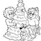 Ausmalbild Kinder schmücken Christbaum zum Ausdrucken