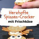 Herzhafte Halloween Snacks Spinnen Cracker mit Frischkäse