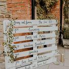 Timetable für die Hochzeit: DIY aus Paletten, in weiß angemalt.