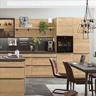 Wohnküche aus Holz mit schwarzen Details