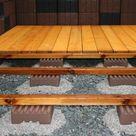 Fundamentstein für Holzkonstruktionen im Garten