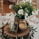 Rustikale Hochzeitstischdeko mit Greenery und Baumscheibe