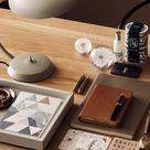 Schreibtisch mit Accessoires in warmen Erdtönen
