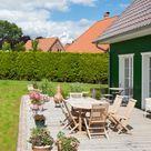 Holz-Terrasse mit Kiesel-Einfassung