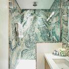 Grüner Marmor im Bad wirkt durch seine Farbe und Struktur