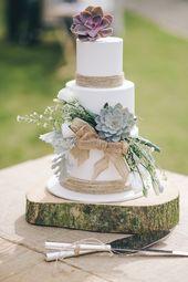Saftig gedeckte, naturinspirierte, rustikale Hochzeitstorte auf Holzsockel mit …   – wedding cakes