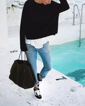 Tenue: Pull surdimensionné noir, T-shirt à col rond blanc, Jean boyfriend bleu…