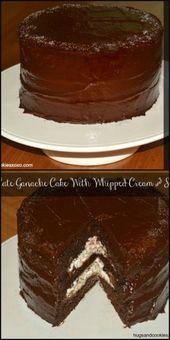Schokoladen-Ganache-Kuchen gefüllt mit gesalzenem Karamell und Schlagsahne