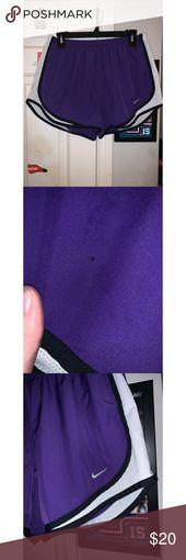 Lila Nike Shorts Lila und weiße Nike Laufshorts. Kleines Loch, kaum bemerkt …   – My Posh Closet