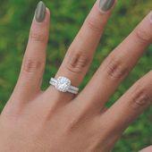 Joyas asequibles y duraderas. Juego de anillos de compromiso de halo con cojín | Medio Eternit …   – wedding rings