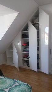 Sie suchen für Ihren Wohnbereich mit Dachschrägen einen praktischen und gut aussehenden Schrank. Wir bauen Ihnen Ihren Maßschrank mit perfekter Raumnutzung