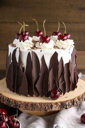Diese Schwarzwälder Kirschtorte kombiniert reichhaltige Schokoladenkuchenschichten mit …   – Kuchen