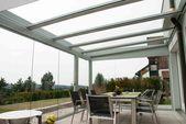 Terrassenbelag mit Seitenwänden aus Glas   – Schmidinger Projekte – Wintergarten, Verglasungen, Fenster & Türen