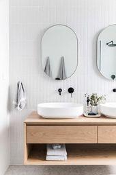 Skandinavisches Badezimmer mit schwimmenden Waschtischen und Waschbecken