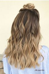 moderne Frisur für langes Haar, Brötchen, gebundenes Haar auf der Kopfhaut, Balayage, diskret …   – Haarfarbe