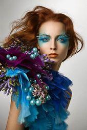 Make-up Halloween Frau blaue Augen und Federaugen   – make up