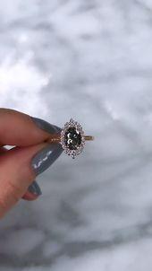 Der von Vintage inspirierte ovale Sofia-Halo-Ring
