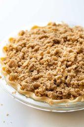 Apple Crumble Pie wird mit einer zarten Kruste hergestellt, die mit …