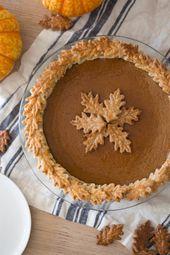 Ein Foto des Kürbiskuchens mit den Blättern gemacht aus der Tortenkruste heraus verziert auf die Oberseite. – food