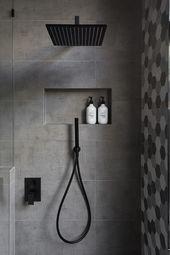 In diesem modernen Badezimmer verfügt die Dusche über einen mattschwarzen Regenduschkopf und eine … – Architektur und Kunst