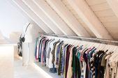 Unser Begehbarer Kleiderschrank in der Dachschräge mit langer Kleiderstange