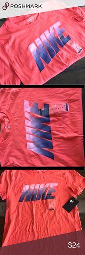 NWT Nike T-Shirt mit kurzen Ärmeln Damen The Nike T-Shirt, Kurzarmhemd, …   – My Posh Closet