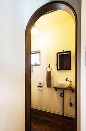 玄関横のトイレ入り口です 木製のアーチ枠で優しく区切っています