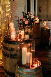 Kerzen sind die rustikale Traumhochzeitsdekoration. Zeigen Sie sie in Laternen oder Gla … – Garten ideen