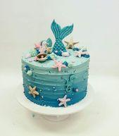 Pastel redondo de un nivel alto decorado en tonos de celeste con cola e sirena e… – Essen 1